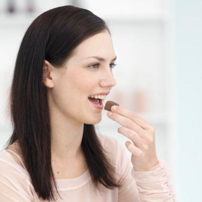 Mevzunun kalori yönünü göz ardı etmeyin!    Çikolatayı şişmanlatır diyerek bir kenara koyamayız. Nedenlerini doğru belirlemek gerekir. Fındık, fıstık gibi yemişlerle birleştiğinde kalorisinin arttığını ve özellikle kilo sorunu olan kişilerde obeziteye neden olduğu bir gerçek.  Günde 150 gram çikolata yemek tabii ki zararlı. Eğer bitter dışında çikolata yeniliyorsa 50 yerine 25, 70 yerine 35 gram yani yarı yarıya tüketilmeli.